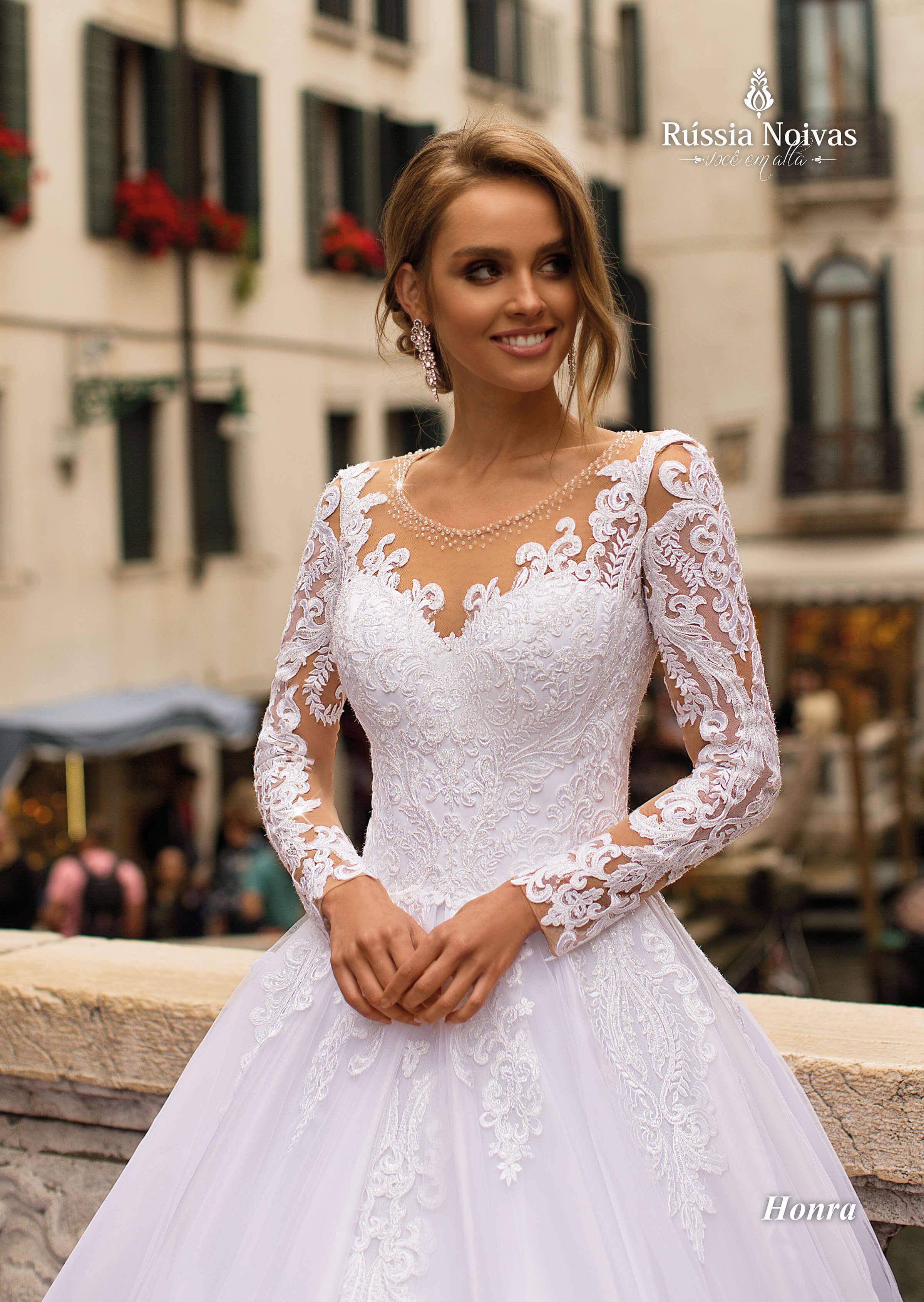 587712eeb6 Esse vestido foi o mais pedido em nosso evento de lançamento e isso  certamente se deve ao seu luxo e exuberância. Seu corpete é todo bordado de  renda guipir ...